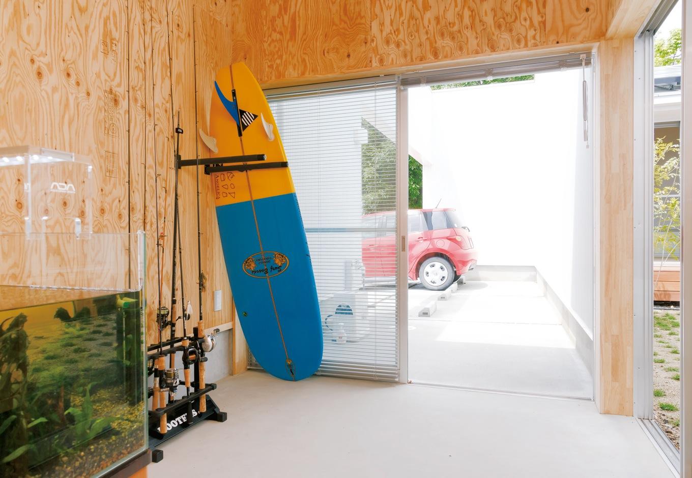 MABUCHI【デザイン住宅、建築家、平屋】車で出掛ける際の荷物の出し入れが楽に。内部は使いやすいようにまだまだアレンジする予定だ。中庭へも直接出入りができる