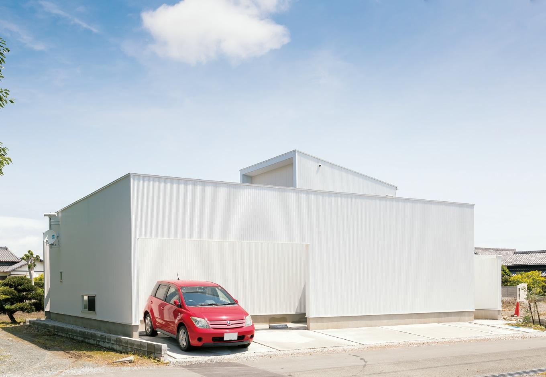 MABUCHI【デザイン住宅、建築家、平屋】真っ白な箱型のO邸は壁が塀を兼ねている。小波ガルバリウム鋼板が流行の兆し