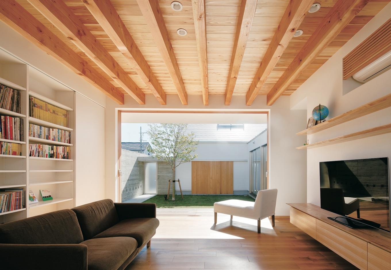 MABUCHI【デザイン住宅、建築家、平屋】2つの中庭に挟まれたリビングは、たっぷりの光が降り注ぎ、開放感抜群。窓を開け放てば、爽やかな風が通り抜け、リゾート感も味わえる