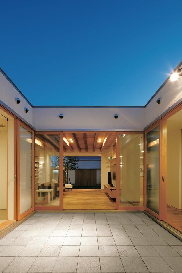 MABUCHI【デザイン住宅、建築家、平屋】寝室、和室、リビングに光と風をもたらすパティオ