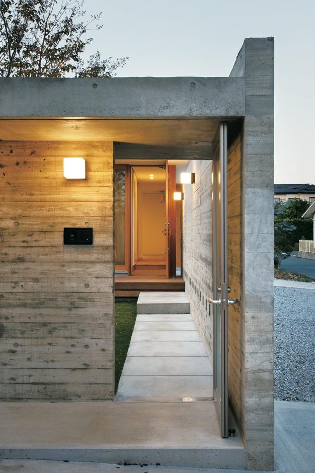 MABUCHI【デザイン住宅、建築家、平屋】エントランスから玄関へと続くアプローチ。ドアを開けた瞬間、誰もが「うわぁ!」と歓声を上げる