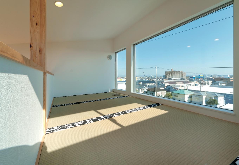 MABUCHI【デザイン住宅、収納力、ガレージ】ロフトはボルダリングでしか上り下りできないご主人のプライベート空間。最高の眺望を楽しみながらのんびりと寛げる