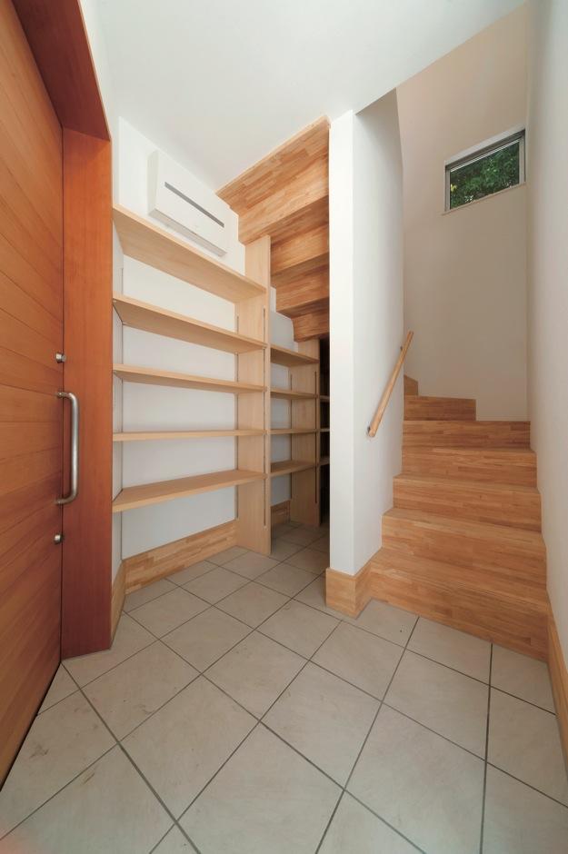 MABUCHI【デザイン住宅、収納力、ガレージ】関のシューズクロークは階段下のデッドスペースを巧みに利用