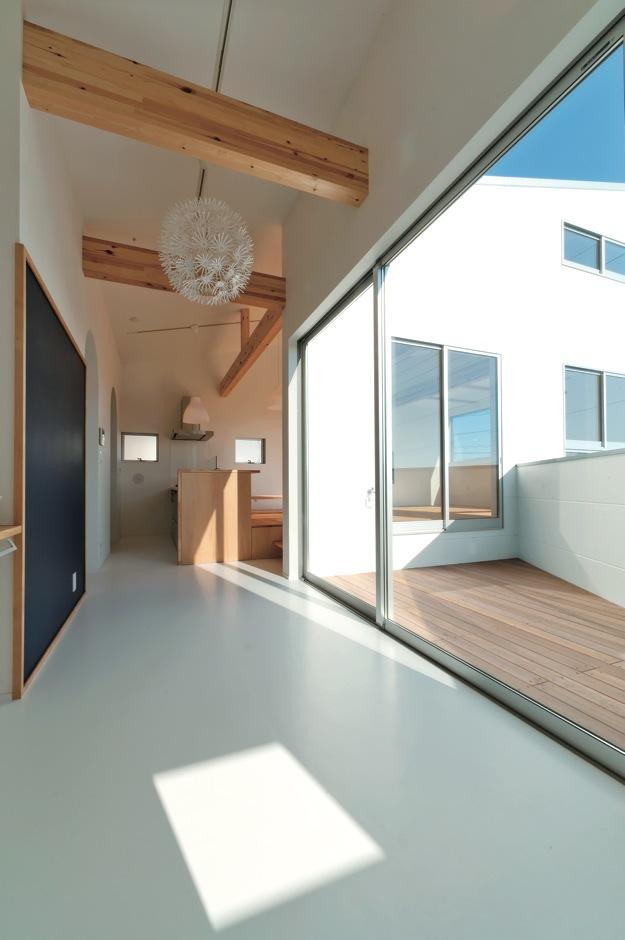 MABUCHI【デザイン住宅、収納力、ガレージ】幅広の廊下を多目的スペースに利用。壁は黒板塗料仕上げで落書きもOK