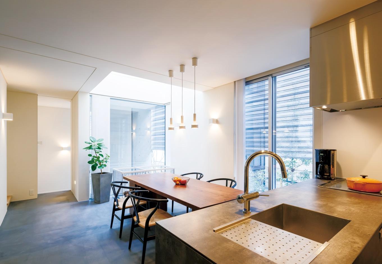 MABUCHI【デザイン住宅、建築家、鉄骨鉄筋コンクリート構造】日当たりが良くない立地のため、吹抜けのトップライトから光を取り入れる。モルタルの床は見た目と違って暖かく、冬の朝でも20℃をキープしている