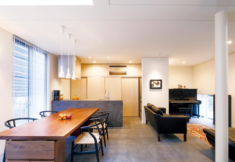 MABUCHI【デザイン住宅、建築家、鉄骨鉄筋コンクリート構造】シンプルで無駄のない空間に、Yチェアと水墨画 がベストマッチ