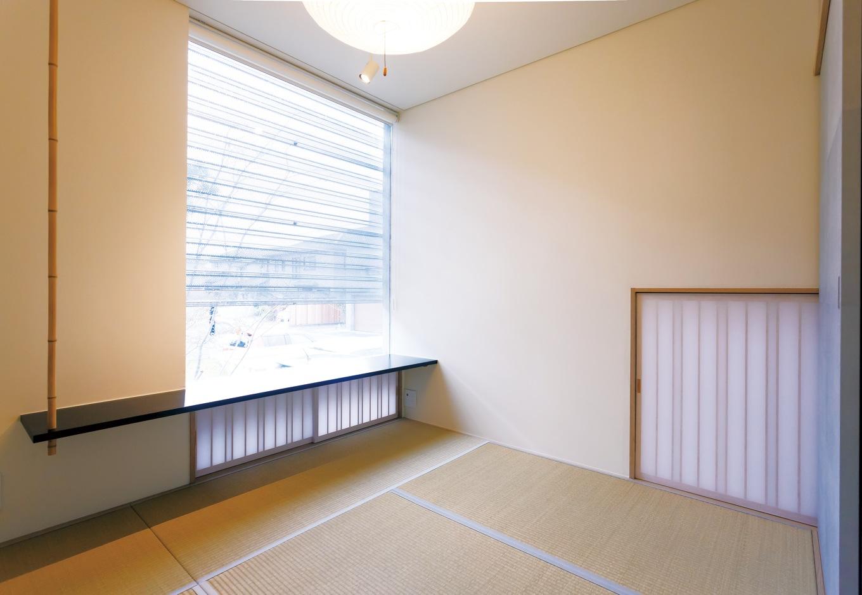 MABUCHI【デザイン住宅、建築家、鉄骨鉄筋コンクリート構造】東京に住む長女家族が泊まりに来た時に使う和室。大きなFIX窓を設けて視線を遠くへ運んだり、畳の縁を細くして広く見せたり、アクセントに白竹を採用するなど、建築家の細やかな感性が宿る