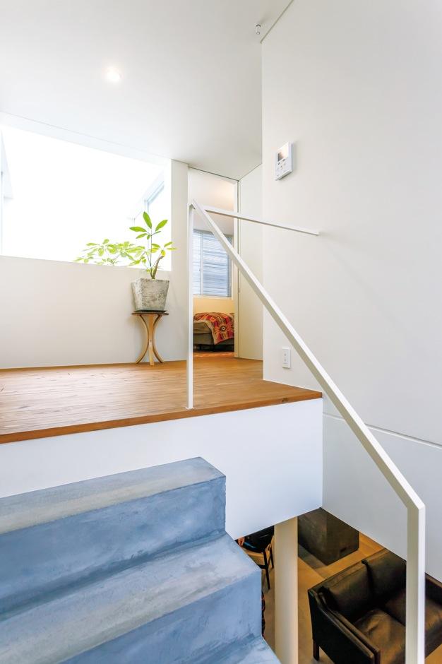 MABUCHI【デザイン住宅、建築家、鉄骨鉄筋コンクリート構造】2階は廊下をほとんど省き、その分、主寝室と子ども部屋の広さを確保した。フリースペースは南北の窓から光が差し込み、明るさも十分