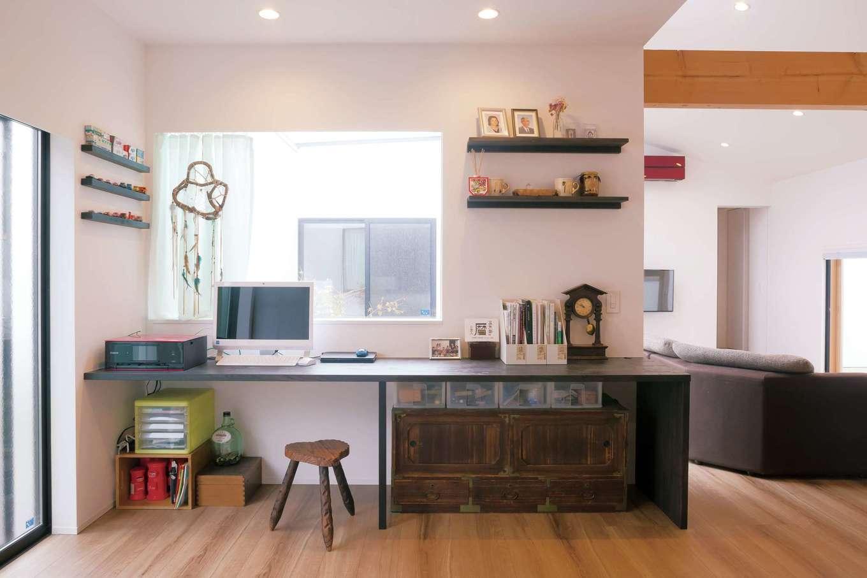 MABUCHI【デザイン住宅、建築家、ガレージ】キッチンから見える位置に造作したスタディコーナー。奥さまが趣味で集めているミニカーを飾るための棚も造作。木の色を濃く塗装して変化をつけた