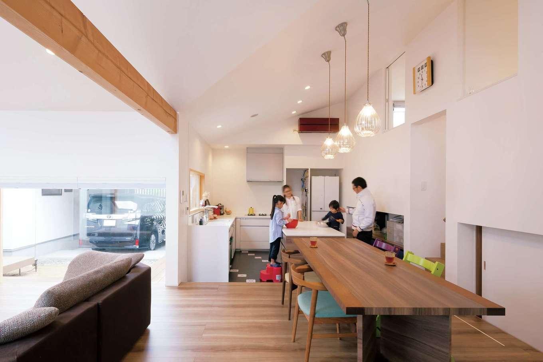 MABUCHI【デザイン住宅、建築家、ガレージ】L字型のキッチンをフロアダウンさせ、ダイニングテーブルと同じ高さに。中庭を眺めながら楽しくクッキング!