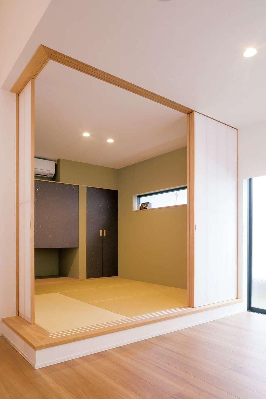 MABUCHI【デザイン住宅、建築家、ガレージ】ユーティリティに使える畳コーナー。天井まで届く障子、吊押入れを設けたことで実際よりも広く感じられる