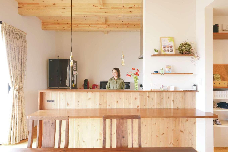 家族がどこにいても様子が見えるオープンキッチン。子どもを寝かしつけてから夫婦でお酒を楽しむためにカウンターを造作
