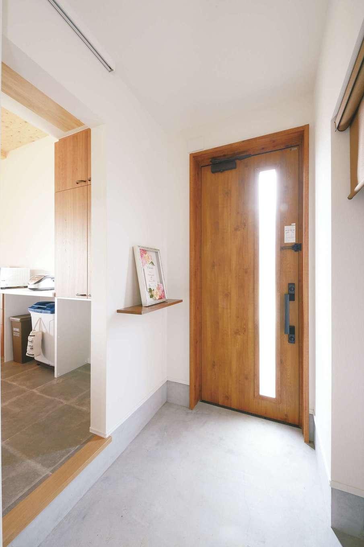玄関を入ってすぐにパントリー、キッチンヘとつながる家事ラク動線