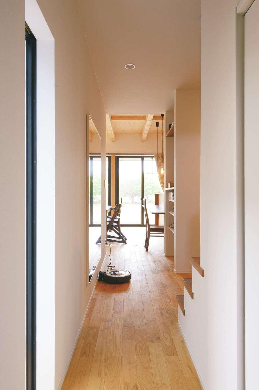 目線が遠くに抜けるホール。天井や窓に高低差を付け、より開放的に感じるように計算されている