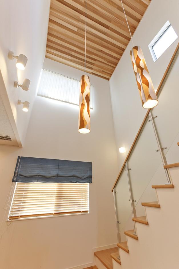 イデキョウホーム【1000万円台】つかず離れずのほどよい「つながり」を生みだす、リビング内のデザイン階段