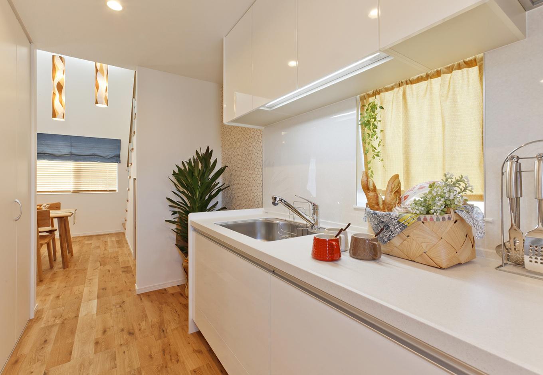 イデキョウホーム【1000万円台】目の前に窓があり、自然の明るさの入る壁付独立キッチン