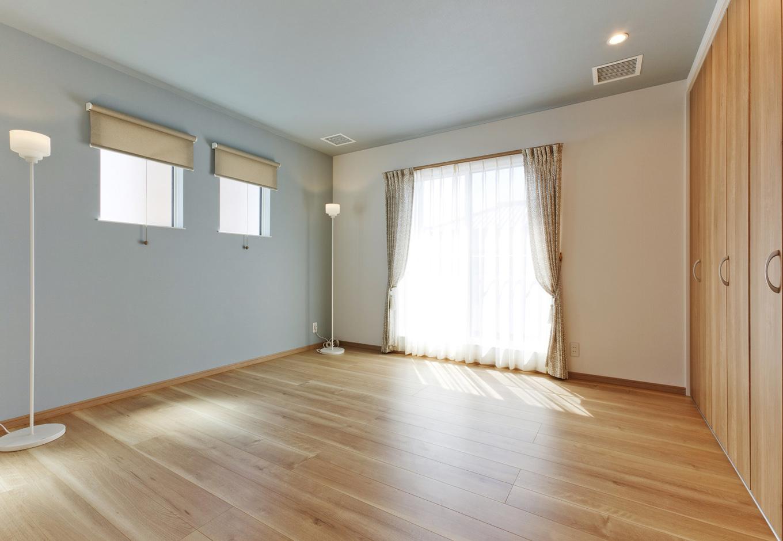 イデキョウホーム【1000万円台】寝室におしゃれな照明。高い位置に置くことによって解放感や空間の強調など様々な効果を