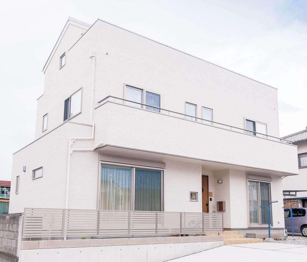 イデキョウホーム【収納力、屋上バルコニー、ペット】平屋から2階建てになり、南向きの窓から充分な陽の光を取り込む