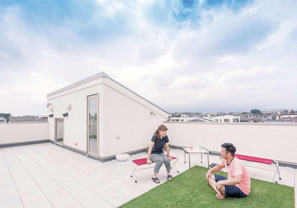 イデキョウホーム【収納力、屋上バルコニー、ペット】木造でも施工が可能とわかり、実現した屋上庭園。広々とした空間は、友人を招いてのバーベキューや、家族のくつろぎの場所にと、さまざまな目的に応じて使える