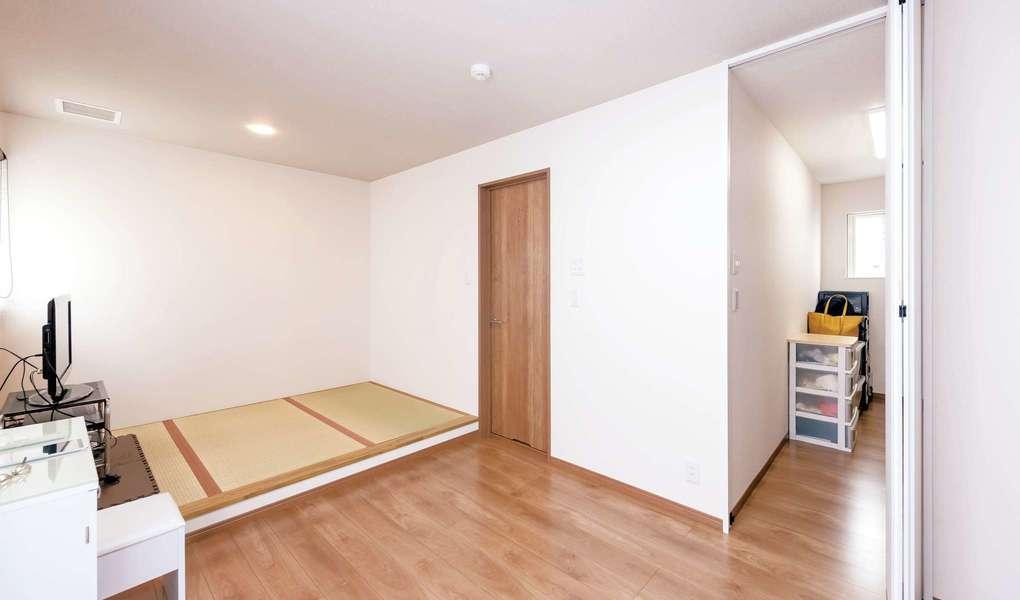 イデキョウホーム【収納力、屋上バルコニー、ペット】寝室には畳の小上がりを設けてベッド替わりに。フローリング部分はセカンドリビングのように活用できる。大容量のウォークインクローゼットも便利