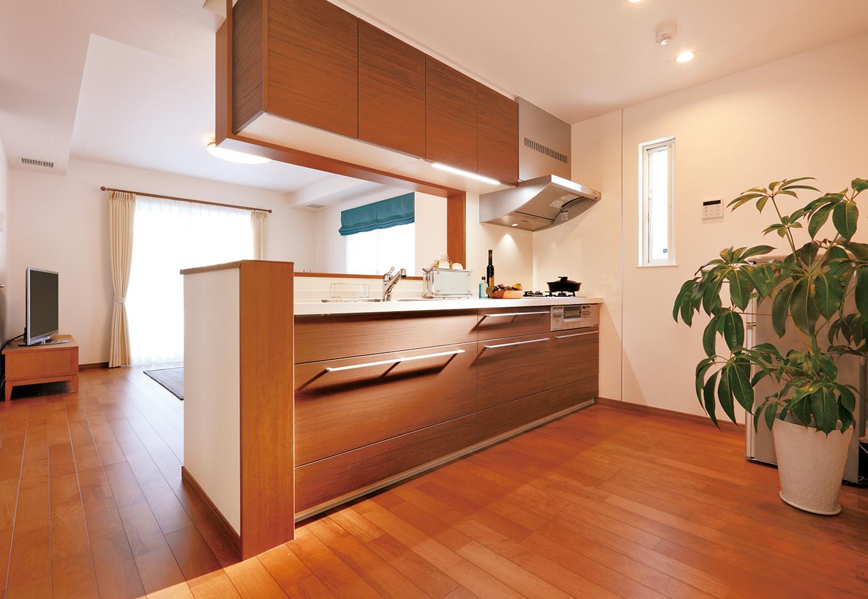 イデキョウホーム【デザイン住宅、間取り、屋上バルコニー】セミオープンキッチンのある広々したLDK。仕切りが少ないが、どこにいても頭からつま先まで同じ温度だから、快適に過ごせる