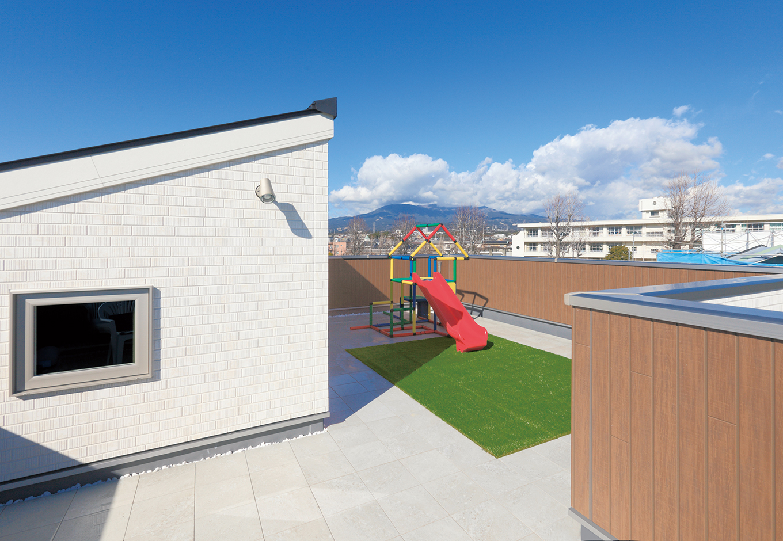 イデキョウホーム【デザイン住宅、間取り、屋上バルコニー】屋上庭園のバルコニーからキッズスペースへの眺め。晴れていれば富士山が望める