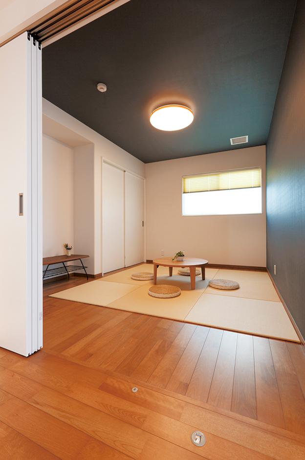 イデキョウホーム【デザイン住宅、間取り、屋上バルコニー】置き畳の設置された和室は、シックな雰囲気。どの部屋にもエアコンがないから、見た目もスッキリ!