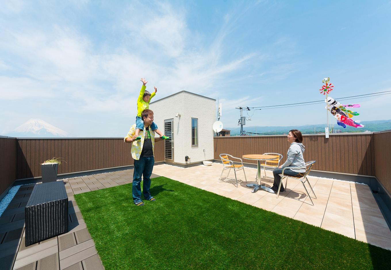 イデキョウホーム【子育て、二世帯住宅、屋上バルコニー】屋上庭園は23畳もの広さ。時に庭、時にリビングと、多彩な役割を果たす