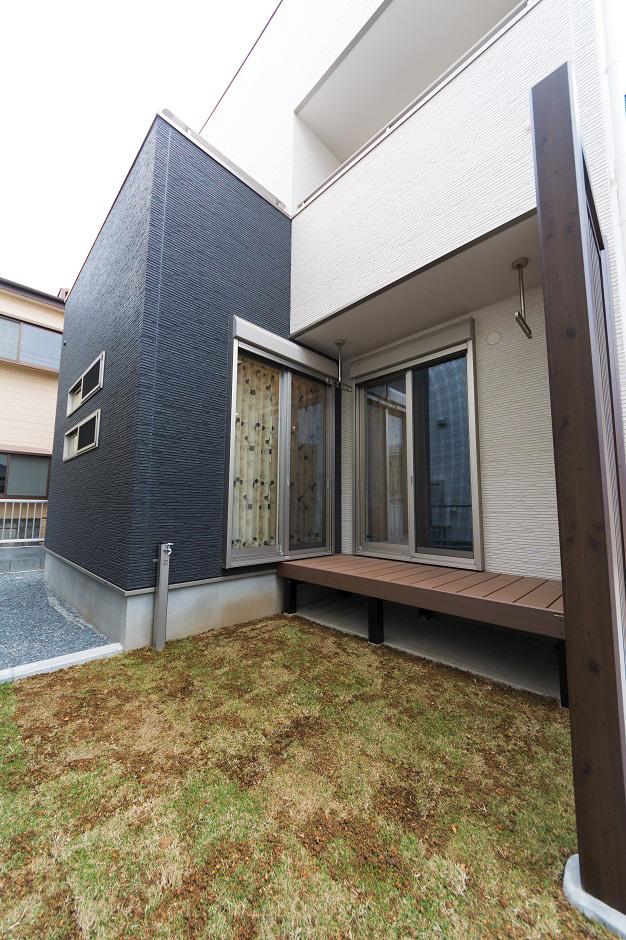 イデキョウホーム【子育て、二世帯住宅、屋上バルコニー】2部屋からアプローチできるウッドデッキを用意。光と風を取り込む場所にもなっている