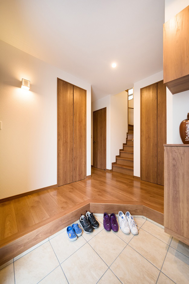 イデキョウホーム【子育て、二世帯住宅、屋上バルコニー】框(かまち)の一部を斜めにすることで、迎えてくれるような印象の玄関に。右手に用意されたシューズクロークは、容量だけでなく、使い勝手にも配慮されている