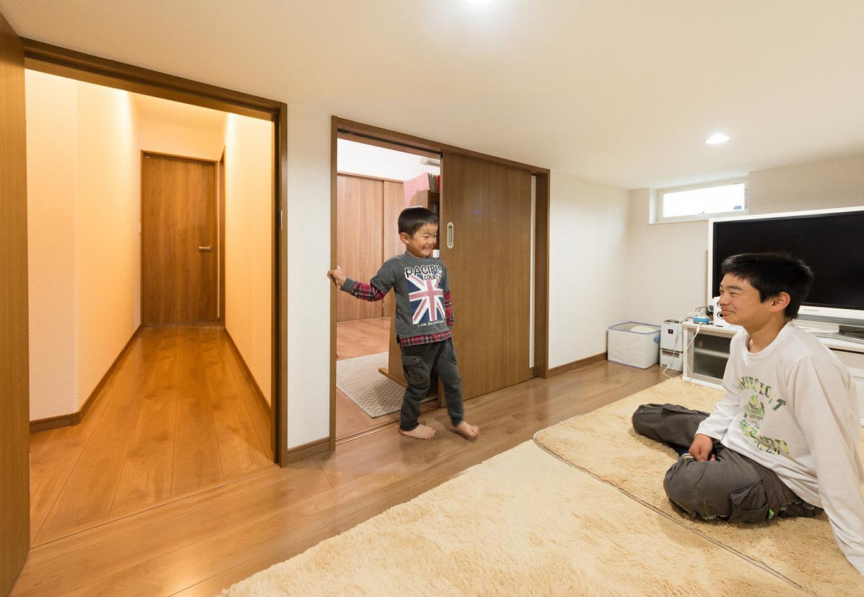 イデキョウホーム【子育て、二世帯住宅、屋上バルコニー】子ども部屋の隣に用意されていたのは、小屋裏を利用した多機能スペース。収納としても遊び場としても十分な広さをもちながら、天井高を1400mm以下に抑えることにより、課税対象外の空間となっている