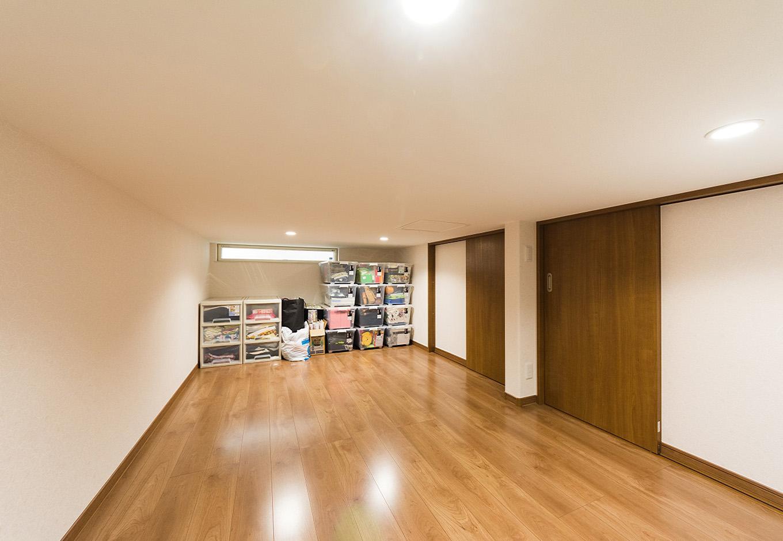 イデキョウホーム【子育て、二世帯住宅、屋上バルコニー】寝室の横に設けられた小屋裏収納は9畳もの広さ。節句人形や冷暖房機器など、季節ごとに出し入れが必要となるアイテムもゆとりをもって収納でき、入れ替えもしやすい