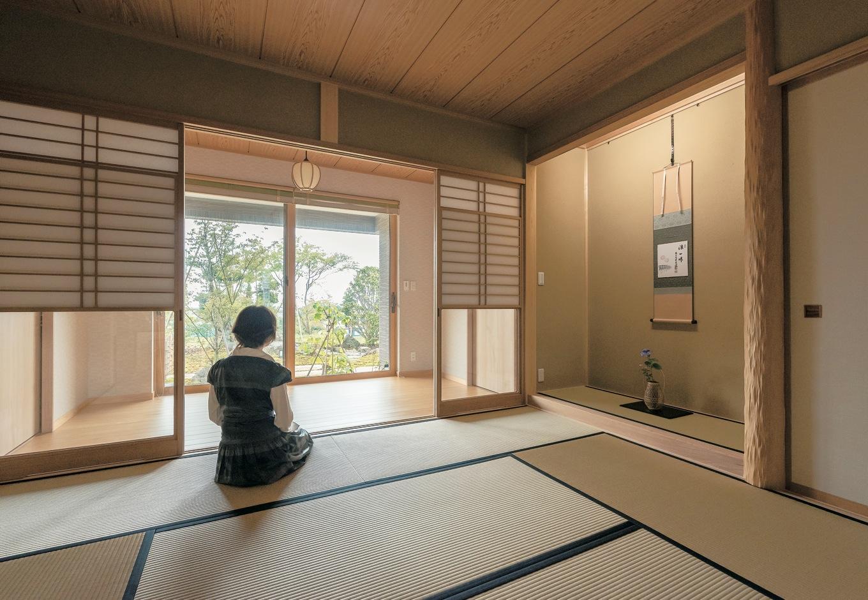 二世帯を家の中でつなぐ渡り廊下スペース に、茶室兼仏間の和室を配することで、お母さまの生活空間としても使用可。親子世帯を緩くつなぐ共有スペースとなっている