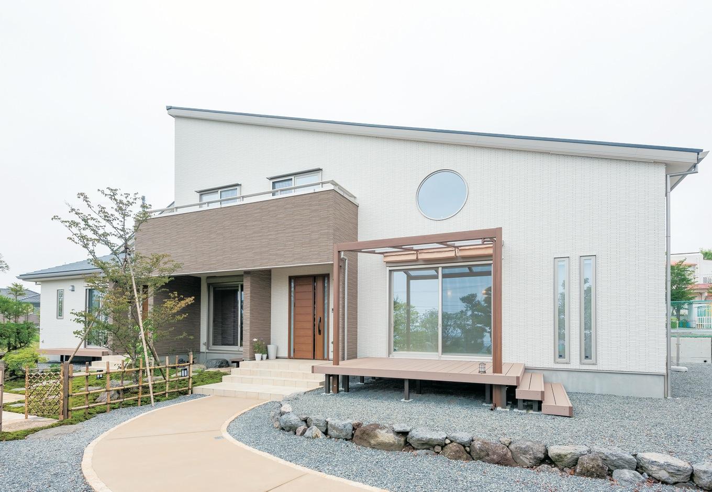 奥に富士山、手前が茶畑という静岡らしい立地に建つI邸。 周りの自然と調和するように、片流れの上品な外観に仕上 がっている