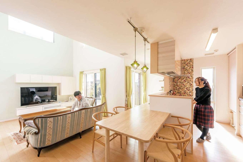 イデキョウホーム【デザイン住宅、省エネ、ガレージ】カウンターとつながったダイニングテーブルは造り付けでオーダー。モロッカンタイルの壁がアクセント
