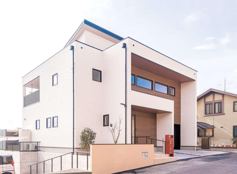 イデキョウホーム【デザイン住宅、省エネ、ガレージ】ご主人はモダン、奥さまはかわいい感じの外観を希望。下の駐車場へ行く階段をうまくつなぐこともでき、双方の思いを汲み取った個性的なデザインになった