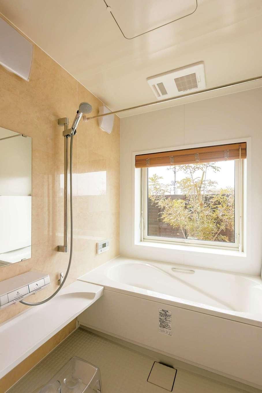 イデキョウホーム【デザイン住宅、省エネ、ガレージ】庭に面した浴室に窓を付けたのはご主人の希望。目隠しに植栽を植え、フェンスも付けた