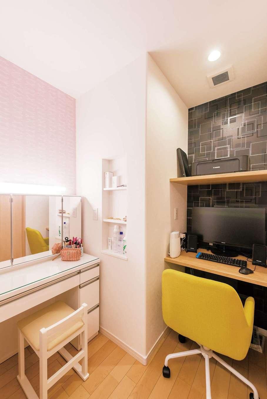 イデキョウホーム【デザイン住宅、省エネ、ガレージ】寝室のウォークインクローゼットの中にはご主人のパソコンスペースと奥さまのドレッサーを設けた