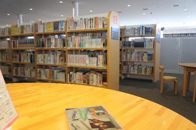 図書館の閲覧机と本棚