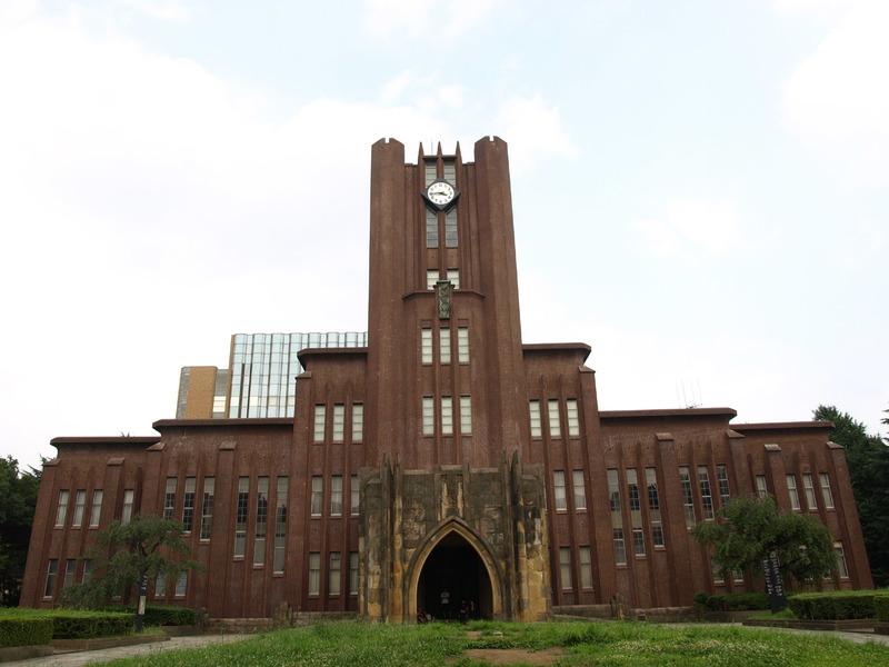 オープンキャンパスで多くの学生が集まる大学の写真。