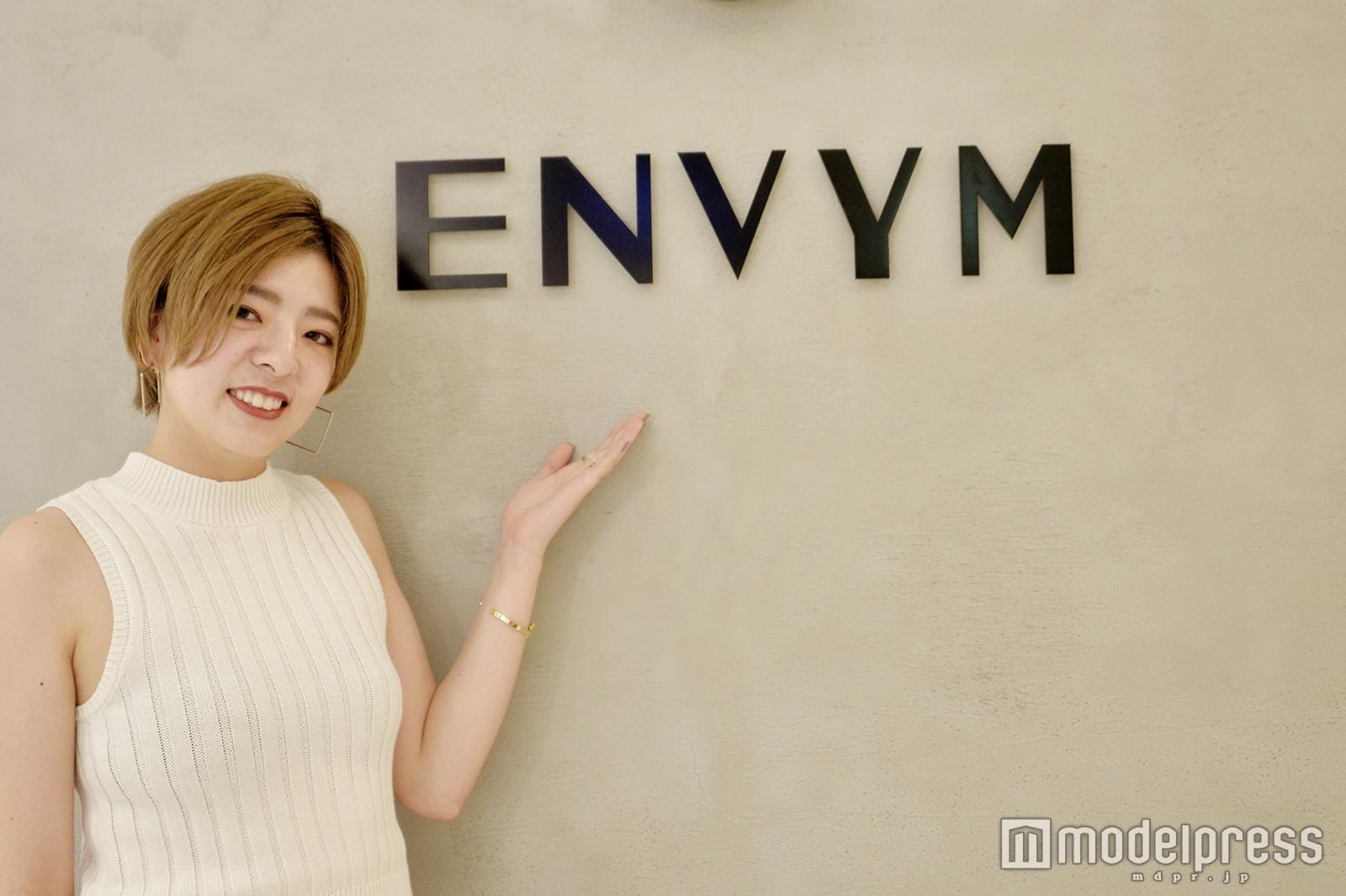 「ENVYM」販売スタッフの関口麗奈さん(C)モデルプレス