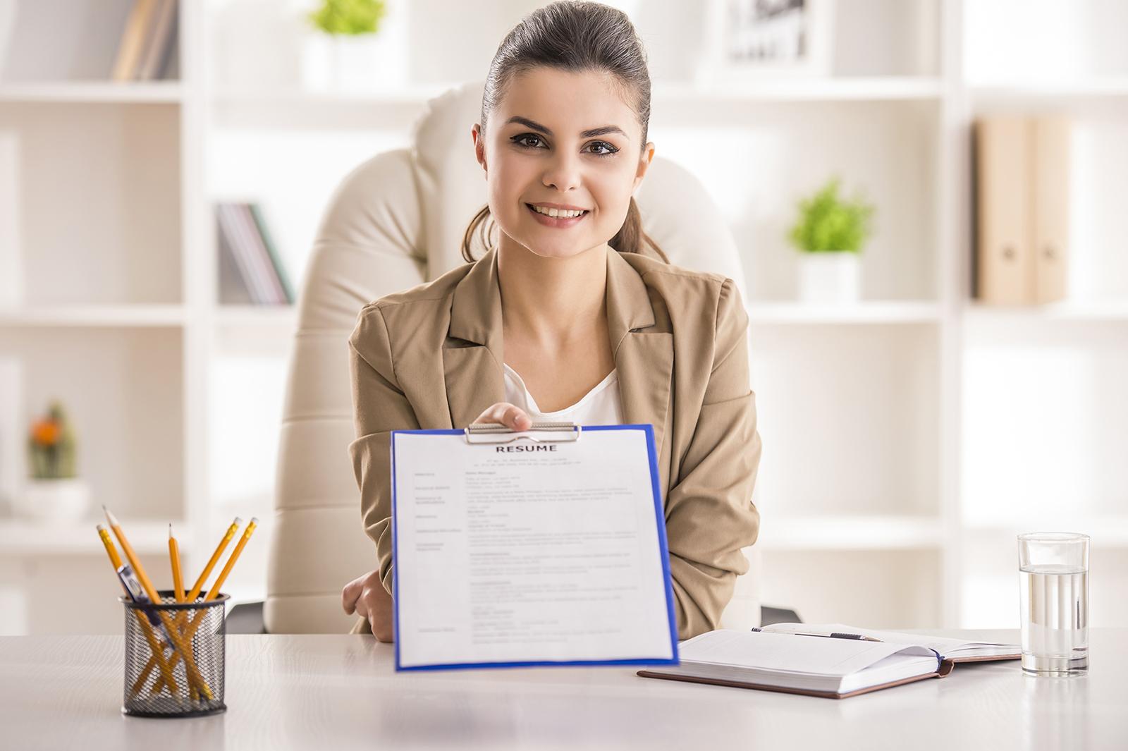 美容部員の志望動機を履歴書に書くときのポイントとは?/Photo by VGstockstudio