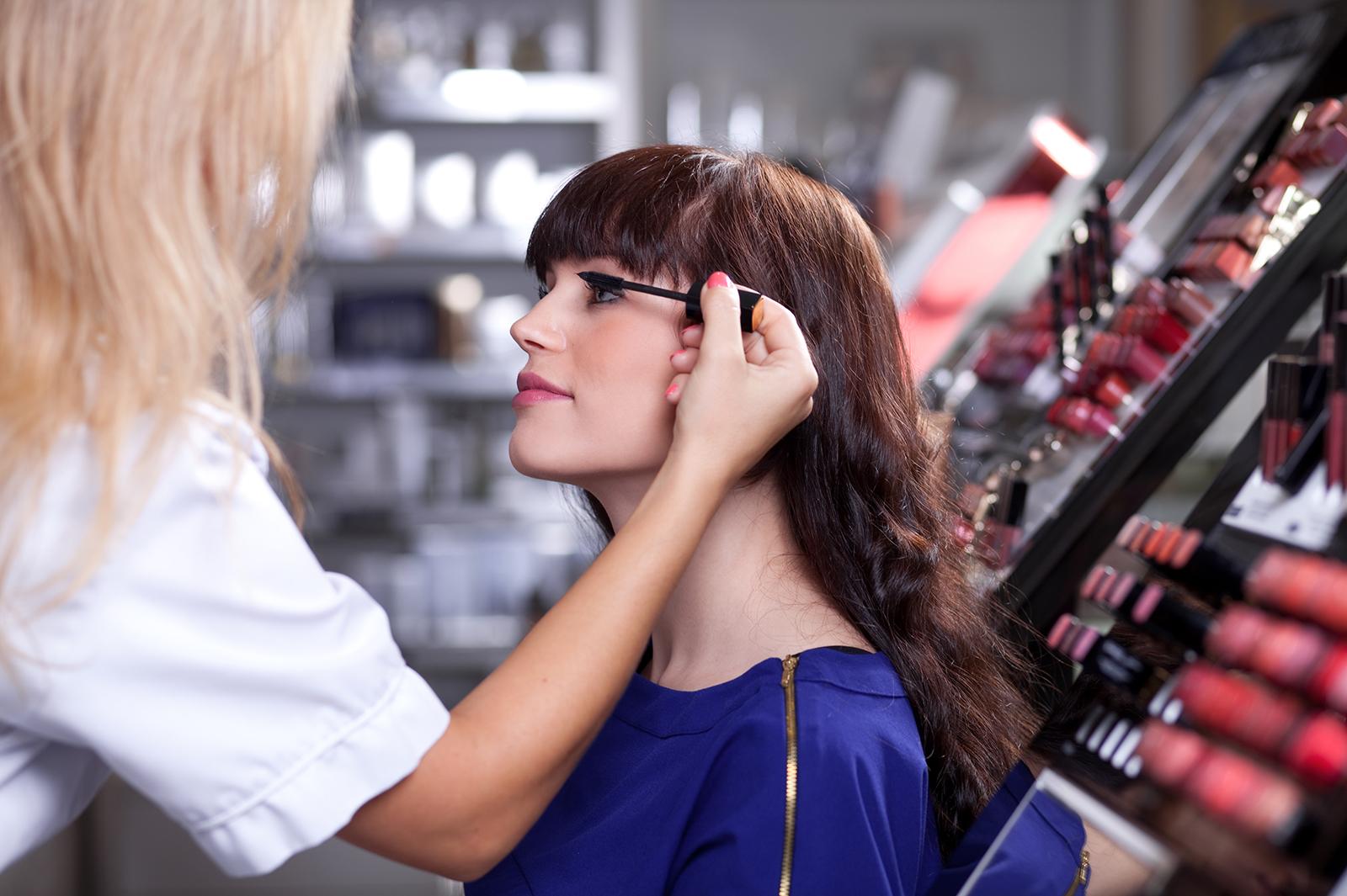 美容部員は大変?やりがいを感じながら仕事を続けるポイント/Photo by MinDof