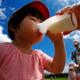 牛乳が大好きな子、飲みすぎは健康に影響するの?|専門家の見解