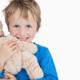 ぬいぐるみといつも一緒の男の子は寂しさの表れ?|専門家の見解