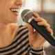 妊婦のカラオケ|歌ってストレス解消!お腹への影響と注意点|専門家の見解