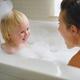 赤ちゃんのお風呂便利グッズ3選、親子で楽しいバスタイムを!