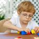 子どもの視力が下がる原因と回復させる方法とは?|専門家の見解
