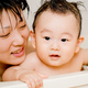 ママ一人でどう赤ちゃんをお風呂に入れる?コツとアイデア集