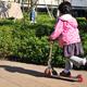 子ども用キックボードの選び方と人気のおすすめ9選!乗り方やルールは?